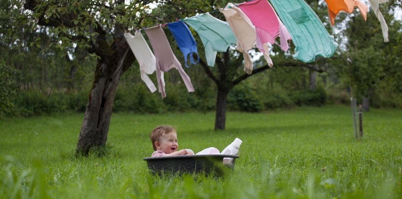 Sonett Kind mit Wäsche auf Wiese