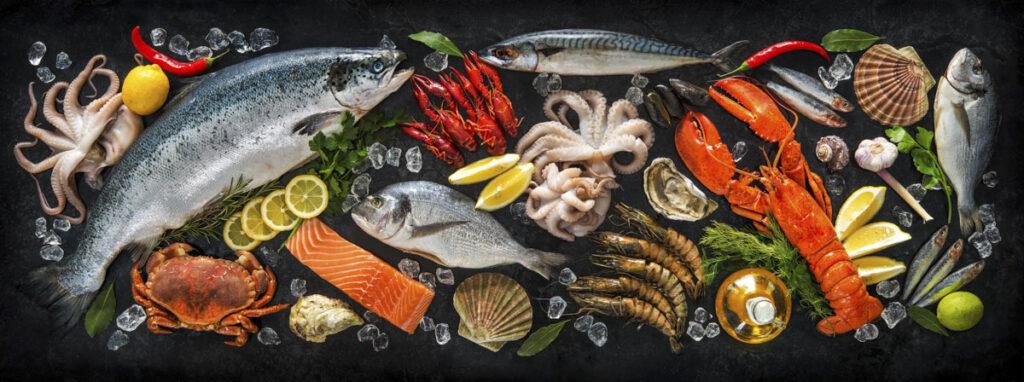 Frischer Fisch auf Platte serviert zum liefern