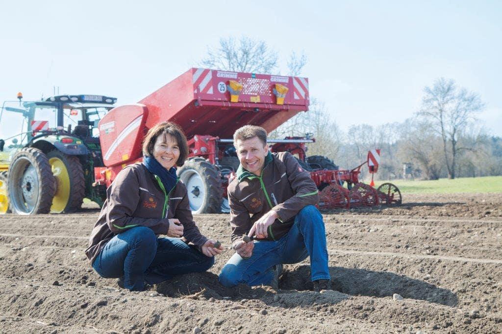 Familie Hatzl auf dem Kartoffelfeld